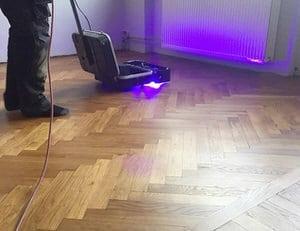 Härdar hårdvaxoljan med hjälp av en speciell UV-LED lampa.